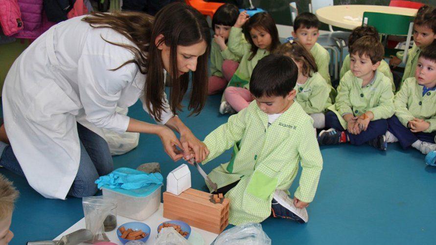 Niños convertidos en constructores