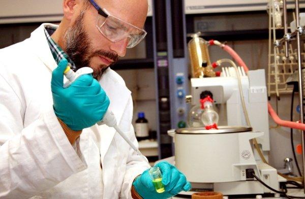Roberto Quesada trabajando en su laboratorio