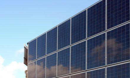Estudio de eficiencia de instalaciones fotovoltaicas conectadas a red basado en datos reales en España: comparación entre sistemas con inversor central y sistemas distribuidos